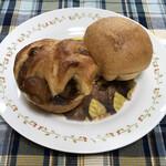 129909457 - 丸いりんごのパンと大納言