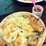 カフェ ビーンズ - 島らっきょとバジルのピザ