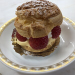 Kaferesutoranoashisu - ホテルパティシエメイドのケーキ             苺のシューケーキ❤︎             シュー皮も本当に美味しかった( ◠‿◠ )