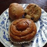 ベーカリー柳月堂 - 料理写真:①くるみパン(¥105)②ぶどうパン(¥105)③シナモンロール(¥180)