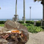 KAMO Kitchen - 海をバックにバーガー