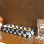 LITTLE PUFF - テーブル脇のデカ タバスコ