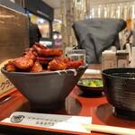129935921 - ドライブインいとう 豚丼名人@新千歳空港店 肉盛り豚丼 横から