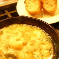 シーフードレストランアンドバーオーシャンズ - エビのニンニクとオイルの鉄鍋  \880