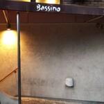 129944759 - エントランス。写真左側の階段を降りると店です。