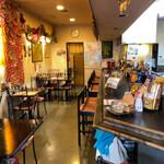 タージ ・ベンガル - 店舗内部 入り口より奥を見る。いかにもインド料理店