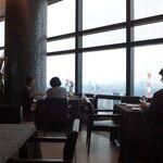 Ar's Italian Cuisine - 残念ながら、厚い雲に覆われた東京。窓辺のテーブルも埋まっておりました