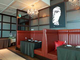 エアーズ イタリアン キュイジーヌ - 壁側の席は、ブラウン×ブラックでデザイナーズな雰囲気