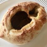 ブーランジェリー アモニエ - チーズカレーパンです ぽっかり空いた中心部にスパイシーなカレーがたっぷり