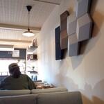 カフェ キャメッロ - ソファー席とお洒落な壁面スピーカー