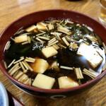 廣苑 - エノキとワカメ豆腐の赤だし