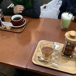 トリックスター コーヒー - (左上)フレンチプレス \500、(右上)抹茶ラテ \450、(手前右)紅茶 \490