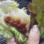 仁寺洞 - ごま油と味噌をつけて、サンチュに巻いて頂きます。