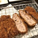 とんかつ小ばやし - 丁寧に叩いてあるお肉。ミンチとは違う食感。