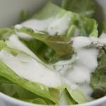 covo - サラダはレタスとみずなにシーザードレッシングがかけられている