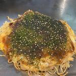 お好み焼き 匠 - 料理写真:そば肉玉780円、餅100円、チーズ150円