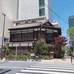 130054002 - ビル街に突然現れる歴史を感じる木造建築