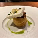 hiroto - トマトのタルト イベリコ豚の生ハムとヨーグルトのパルフェを凍らせ厚めにカットしたものをのせています