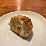 hiroto - フランスより輸入されたバゲットを、お店のオーブンで焼き上げたカリっとした食感に小麦の香り 凄く美味しい♪