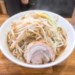 デカ盛り戦隊 豚レンジャー - 料理写真:ラーメン並780円麺少なめ