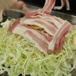 三八 - 豚肉を5枚使用して作り上げております。ボリュームたっぷりです!