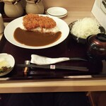 とんかつ神楽坂さくら - ランチメニューのチキンカツカレー。味噌汁  キャベツ  お新香が付属。