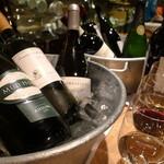 料理店 Caiotto - 15種類前後グラスで揃うワインたち。