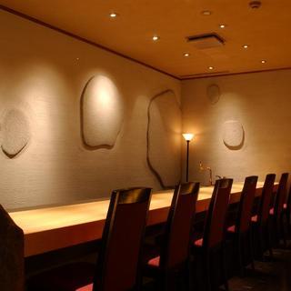 日本料理 幸庵 - 内観写真:枯山水の趣を配したカウンター席