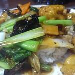 中国台湾料理 王府 - 鶏肉飯。具だくさんで以外にも品質高い。鶏肉もたくさんあり野菜も種類がたくさん。