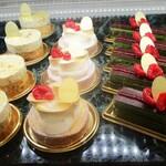 130115397 - ショーウインドウに並ぶケーキ。     2020.05.10