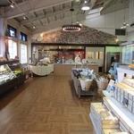 チーズガーデン 那須本店 - 店内の様子。