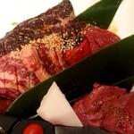 味噌とんちゃん屋 江南ホルモン - 大判ハラミ・うわみすじ・牛タン・カルビ4種盛り合わせ(1990円+税)