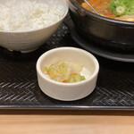 カルビ丼とスン豆腐専門店 韓丼  - 牛すじスン豆腐 750円 (柚子風味の浅漬け)
