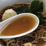 らぁ麺やまぐち - 醤油の立った鶏スープ