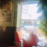 ブギーカフェ - お店から通りを臨む