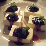 Dining Bar Sui - クリームチーズケーキのブルーベリーソース添え。