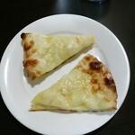 インデアンレストラン  ニューミラ - サービスのチーズナン(≧▽≦) カッチカチ(*´∀`)