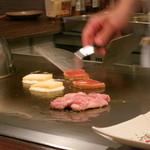 鉄板焼さくら - チーズをトロトロになるまで焼ます。