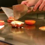 """鉄板焼さくら - トロトロになったチーズを焼トマトの上に、、、、出来上がったのが """"焼チーズの二種盛り合わせ"""" 。"""