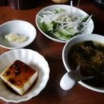 130191727 - 漬物とサラダ、小鉢(中華風冷奴)、スープ