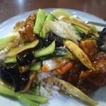 中国台湾料理 王府 - 唐揚げ飯です。中くらいの唐揚げ、とはいってもチキン南蛮みたいなのが3切れほど。