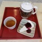 ボアヴェールテール - 紅茶はポットでご用意、人気のレアチーズケーキとセットで。¥870
