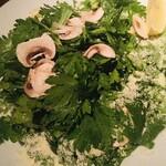 なっぱSUN - 春菊とマッシュルームのサラダ パルメジャーノと胡椒とレモンで