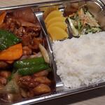 """福建家庭料理 旬の香 - 【ランチ】 主菜が""""一番大きな、仕切り""""に、 ドカッと盛り付けられている「黒酢鶏定食」"""