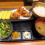 13023874 - 【ランチ】 親子出汁巻きと唐揚の定食 \680  あああああ、ご飯が右に置いてあるっ!!!!