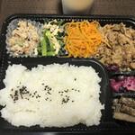 キッチン くじら - 日替わり弁当: 牛バラ肉の甘辛炒め 680円