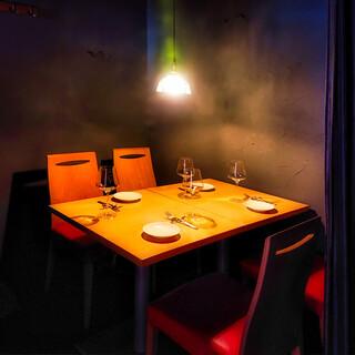 カーテンで仕切られる個室風テーブル席