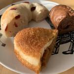 ベーカリー エスケール - 料理写真:カレーパンやらベーグルやら