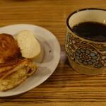 130244361 - 食後のコーヒーとパン