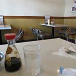 シュベスター - 店内はテーブル席のみ